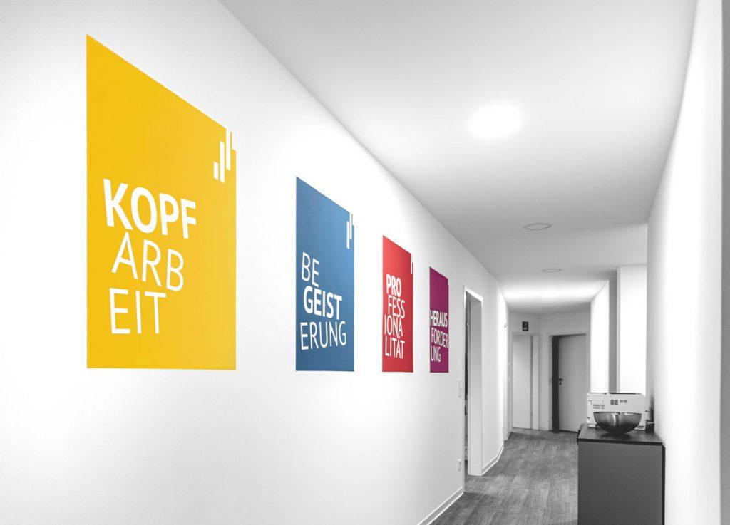 Flur im Büro mit Wandgestaltung